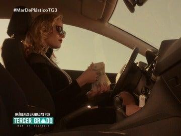 Agneska cuenta dinero en su coche