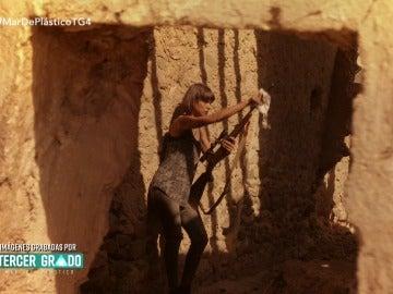 Pilar prepara el arma