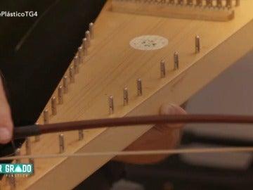 Frame 81.988072 de: Botellas, mecheros e instrumentos exóticos: así se compone la música de 'Mar de plástico'