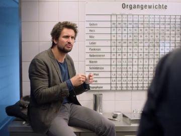 Felix descubre que el profesor Richard ha sido asesinado.