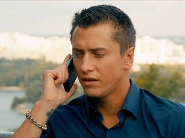 Igor habla por teléfono