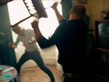 Danila arroja una silla contra Igor